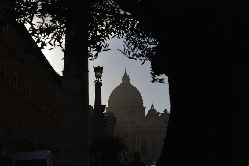 W dokumentach, które wyciekły do mediów są m.in. informacje o korupcji i walce o stanowiska w Watykanie /AFP