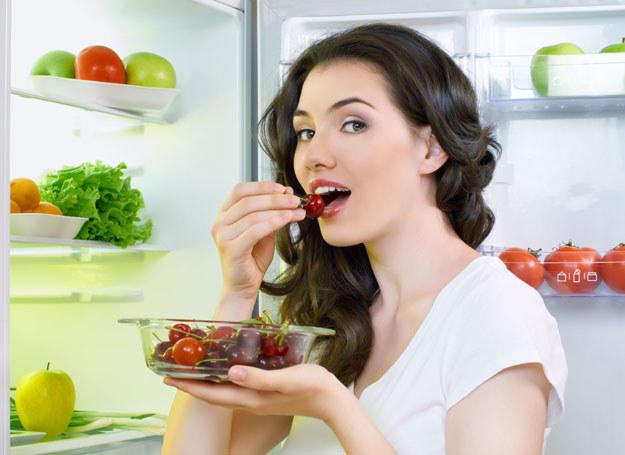 W domu łatwiej podjadać możesz rzeczy zdrowe. W restauracji - nie zawsze... /123RF/PICSEL