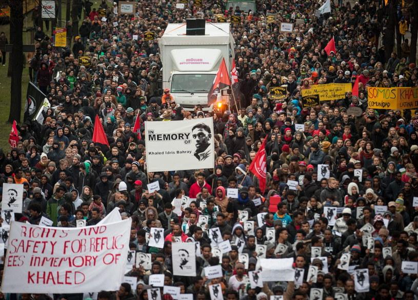 W Dreźnie kilka tysięcy uczestników zgromadził marsz upamiętniający młodego azylanta z Erytrei, zamordowanego w tym mieście w miniony poniedziałek /PAP/EPA