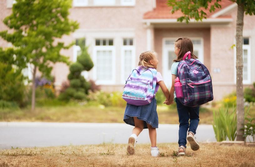 W drodze do szkoły przyda się dobry plecak /123RF/PICSEL