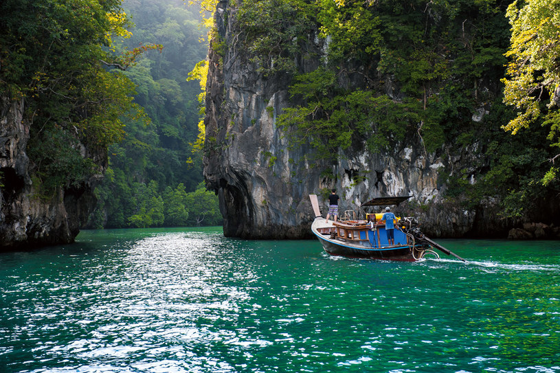 W drodze z Ao Nang na wyspę Hong nurkuje się w osłoniętych lagunach niezamieszkanych wysepek /Grażyna Saniuk /Twój Styl