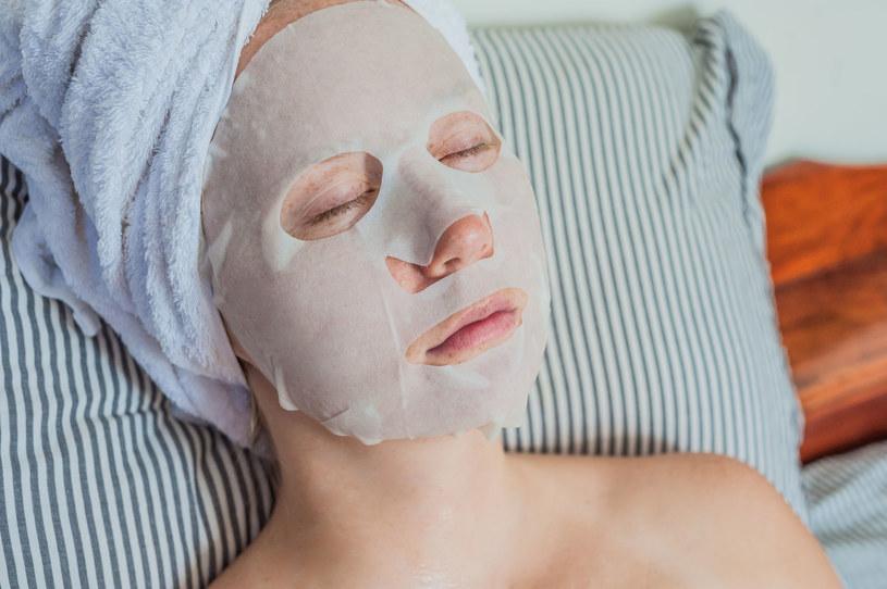 W drogeriach można znaleźć szeroki wybór kosmetyków z dodatkiem śluzu ślimaków. Najwygodniejsze w użyciu są maski w płachcie /123RF/PICSEL