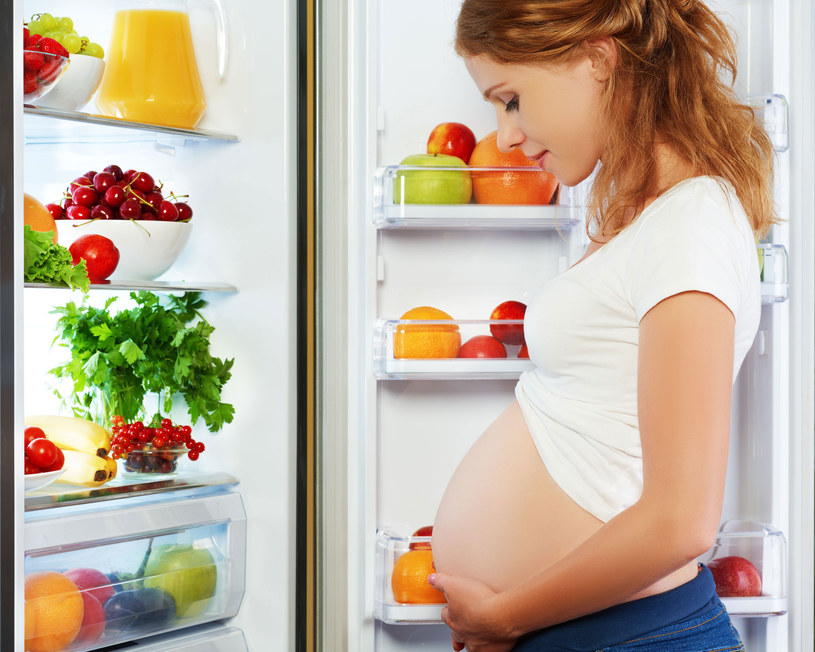 W drugim i trzecim trymestrze ciąży wzrasta zapotrzebowanie na kalorie /Picsel /123RF/PICSEL