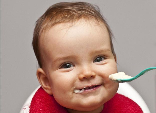 W drugim półroczu życia dziecka kaszki stanowią filar jego jadłospisu. /123RF/PICSEL