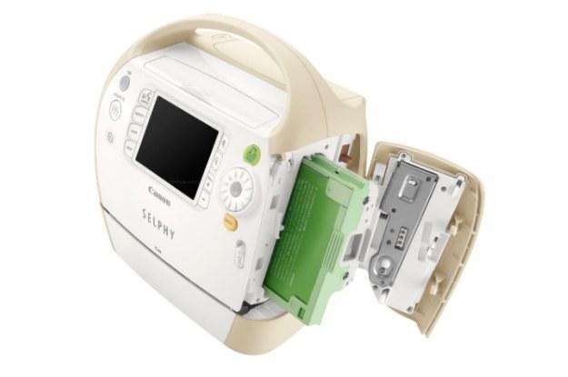W drukarce Canona kartridż z taśmą barwiącą jest zintegrowany z podajnikiem kartek papieru /PC Format