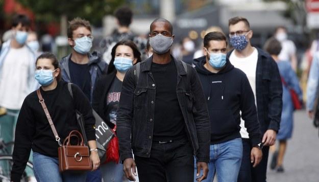 W dużych miastach obowiązuje obecnie we Francji nakaz noszenia masek na ulicy. /YOAN VALAT  /PAP/EPA