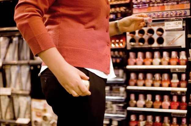 W dużych sklepach pracownicy nie są w stanie wychwycić wszystkich podejrzanych ruchów /© Bauer