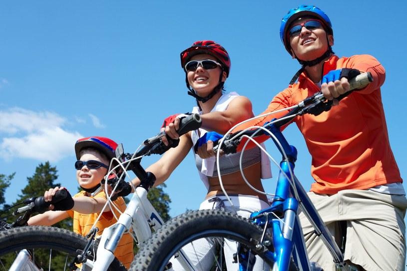 W ekwipunku rowerzysty powinny się znaleźć również: kask (jeśli podróżujemy z dzieckiem w siodełku także jemu powinniśmy zapewnić ochronę głowy), kamizelka lub wyraźne elementy odblaskowe (obowiązkowe również w przypadku pieszych poruszających się po zmroku) /123RF/PICSEL