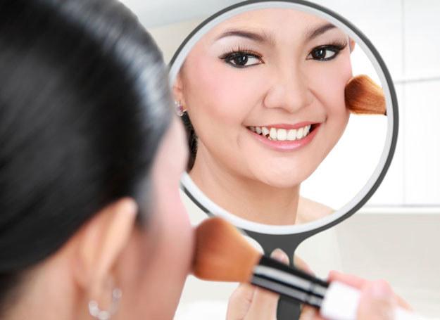 W eleganckim makijażu cera nie może się błyszczeć! /123RF/PICSEL