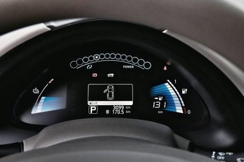 W elektrycznym Nissanie Leafie klasyczne kontrolki giną pośród ekranów ciekłokrystalicznych... /Motor