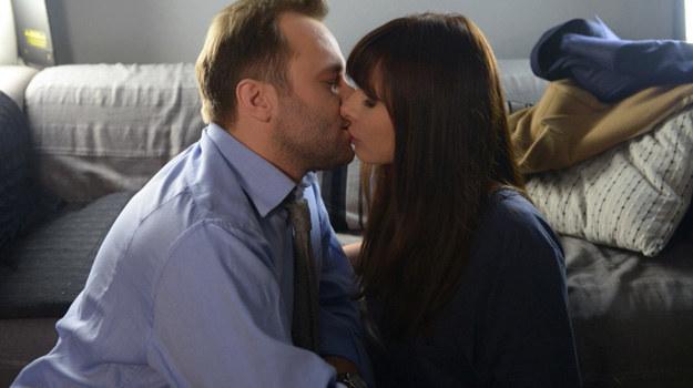 W emocjach między Agatą a Dębskim znów dojdzie do gorącego pocałunku. Tyle że chwilę później prawniczka zachowa się wyjątkowo nerwowo i po raz kolejny spłoszy Marka... /Agencja W. Impact