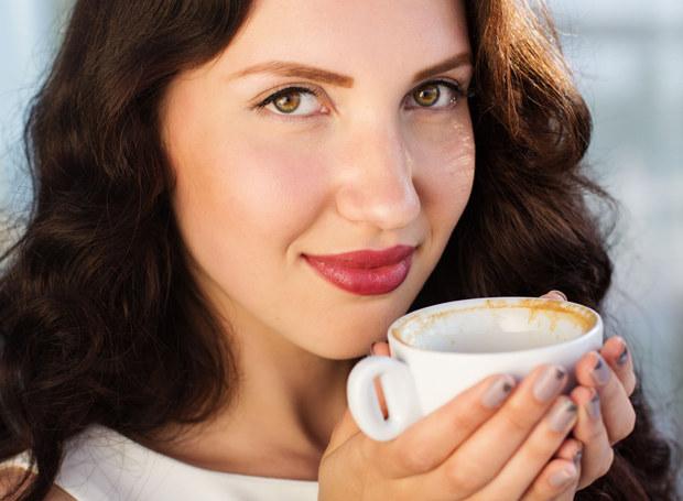 W filiżance - dodaje energii, w kosmetykach - odżywia słabe włosy /123RF/PICSEL