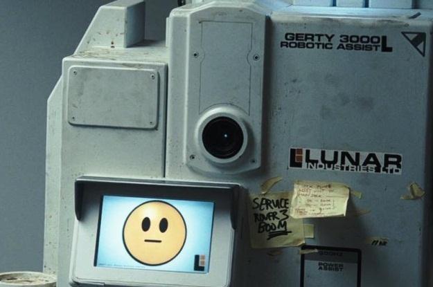 """W filmie """"Moon"""" głównemu bohaterowi towarzyszy inteligentny komputer Gerty 3000 /materiały prasowe"""