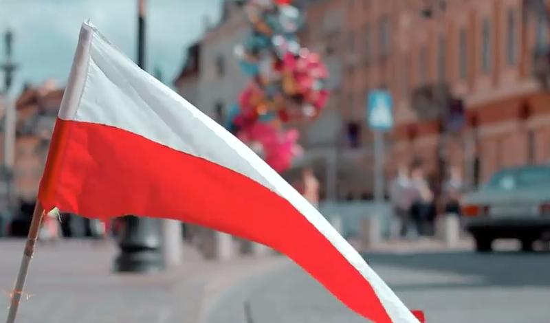 W filmie nie zabrakło oczywiście naszej flagi! /Madrecita Filmes /YouTube