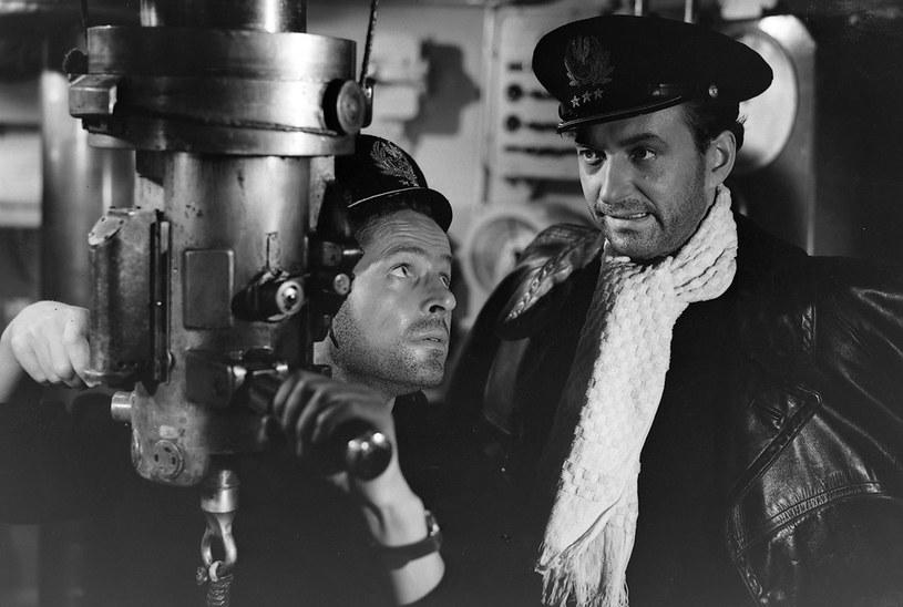 """W filmie """"Orzeł"""" z 1958 r. nowy dowódca okrętu (Wieńczysław Gliński, z pr.) podejmuje decyzję o ryzykownej ucieczce z pilnie strzeżonego portu w Tallinie. /East News/POLFILM"""