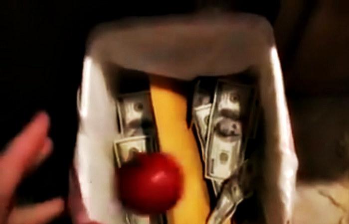 """W filmie """"Pomidor"""" Testoviron wyrzuca """"zgniłe"""" warzywo do śmieci. W koszu znajdują się pliki dolarów /materiały prasowe"""