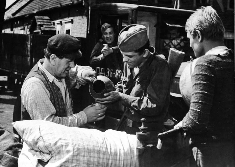 """W filmie """"Sami swoi"""" Mrozek (w środku) wcielił się w postać radzieckiego żołnierza Saszki /archiwum Filmu    /Agencja FORUM"""