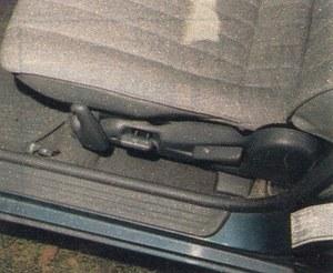 W fotelu kierowcy można także regulować wysokość siedziska. Zdalne otwieranie bagażnika i wlewu paliwa to w autach japońskich rzecz normalna. /Motor