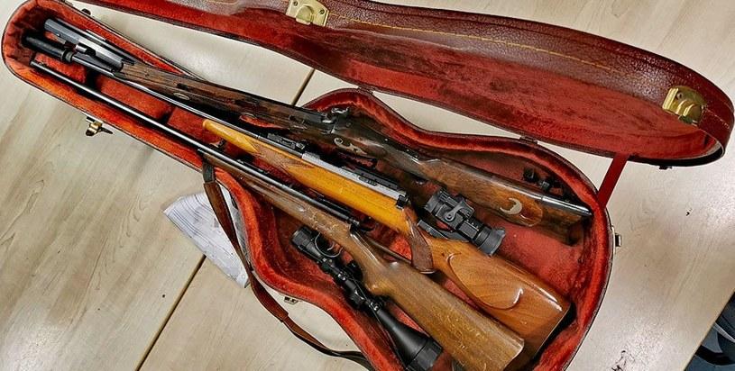 W futerale były m.in. trzy strzelby /Facebook.com/Polizei NRW Köln /