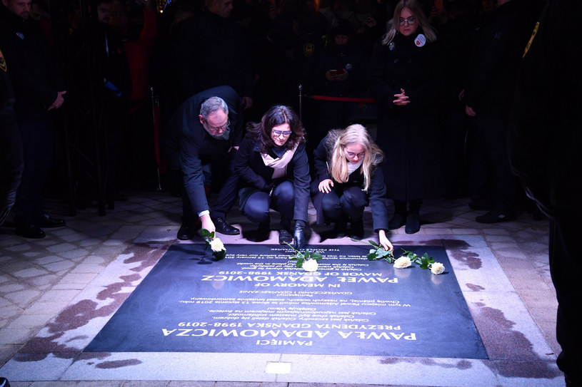 W Gdańsku odsłonięto tablicę poświęconą tragicznie zmarłemu prezydentowi Pawłowi Adamowiczowi /Wojciech Strozyk/REPORTER /Reporter