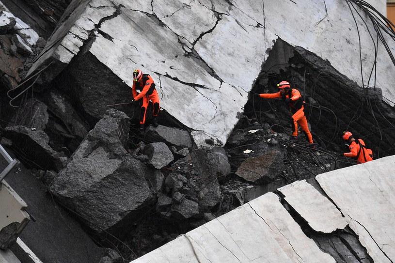 W Genui na północy Włoch zawalił się fragment wiaduktu na autostradzie A10 /LUCA ZENNARO /PAP/EPA