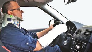 W gipsie za kierownicą? Dowiedz się, co jeszcze wolno kierowcy, a czego przepisy zabraniają