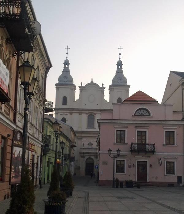 W głębi Kościół O.O. Jezuitów w Piotrkowie Trybunalskim. Tam były wizytówki Ewy Juszko-Pałubskiej /INTERIA.PL