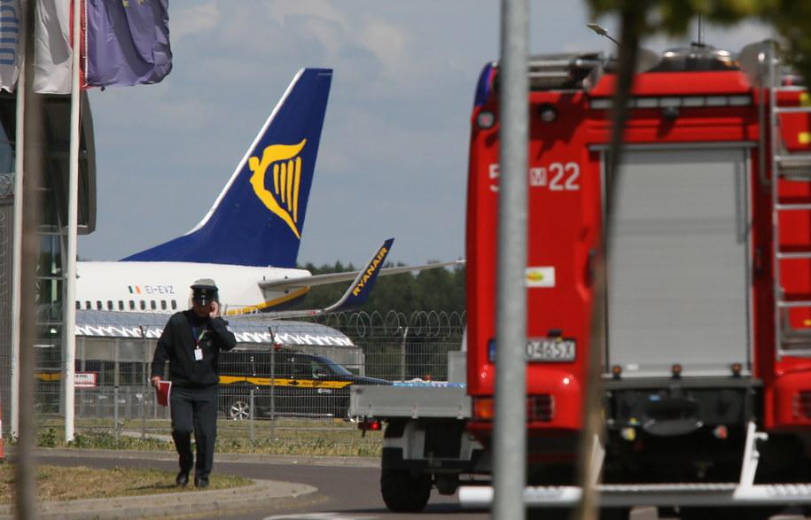 W głębi rejsowy samolot z Oslo na płycie lotniska w Modlinie /Tomasz Gzell /PAP