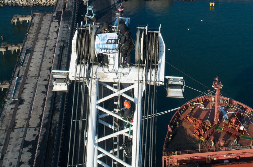 W godzinach porannych w środę działacze Greenpeace wspięli się na dźwigi w terminalu węglowym portu w Gdańsku i zatrzymali ich pracę /Adam Włodarski /Agencja FORUM
