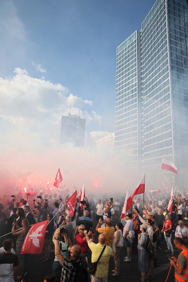 """W Godzinę """"W"""" mieszkańcy stolicy oddają cześć uczestnikom Powstania Warszawskiego / Leszek Szymański    /PAP"""