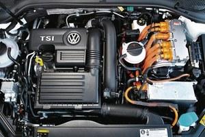 W Golfie GTE silniki 1.4 TSI i elektryczny generują 204 KM. Więcej mają tylko: Golf GTI (220-230 KM) oraz Golf R (300 KM). /Volkswagen