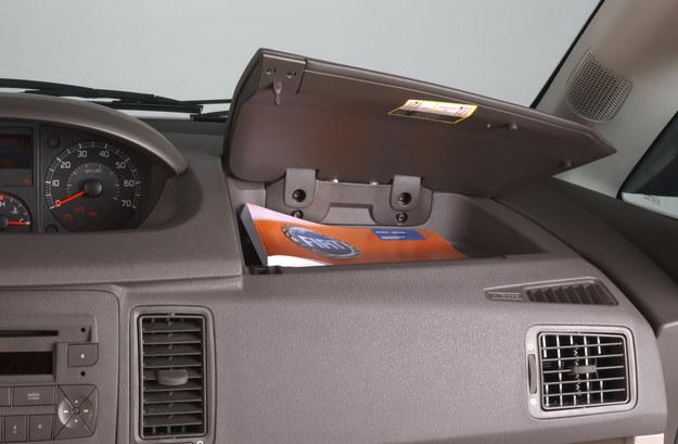 W górnej części deski rozdzielczej kryją się praktyczne schowki. /Motor