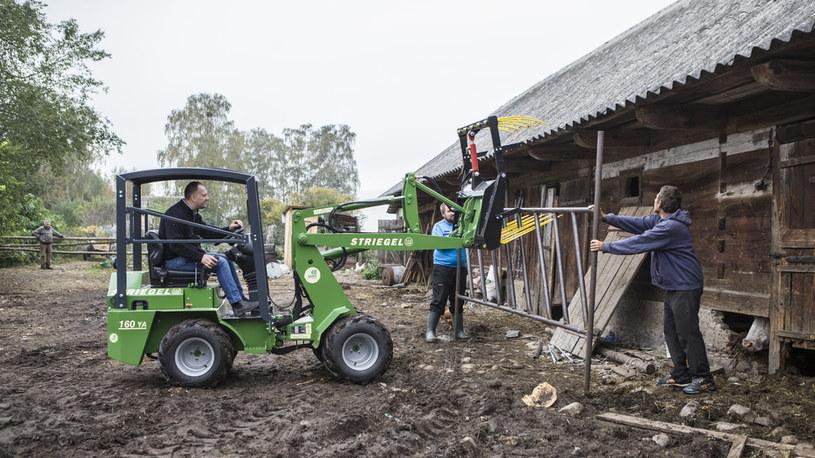 W gosporadstwie Gienka i Andrzeja trwają testy maszyny do czyszczenia obór /FOKUS TV