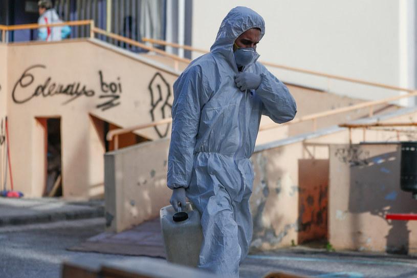 W Grecji wzrosła liczba osób zakażonych Covid-19 (na zdj. mężczyzna w stroju ochronnym w Salonikach) /Dimitris Tosidis/Xinhua News /East News
