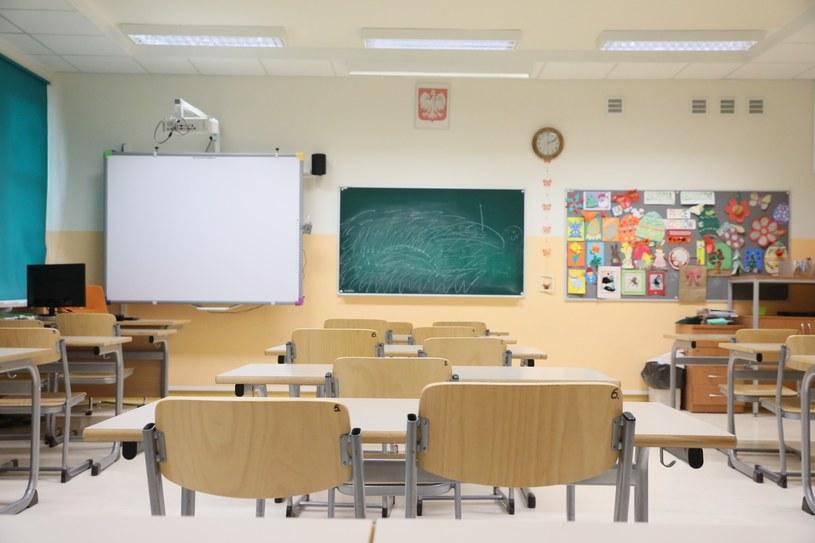 W grudniu nauczyciele masowo przechodzili na L4, w jednej ze szkół nie odbyły się zajęcia /Piotr Molecki /East News