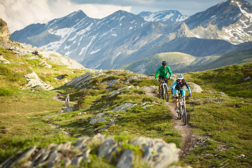 W Gryzonii rowerzyści mają do dyspozycji w sumie ponad 4000 km dobrze oznakowanych tras, wiodących przez górskie zbocza i przełęcze. /Styl.pl/materiały prasowe