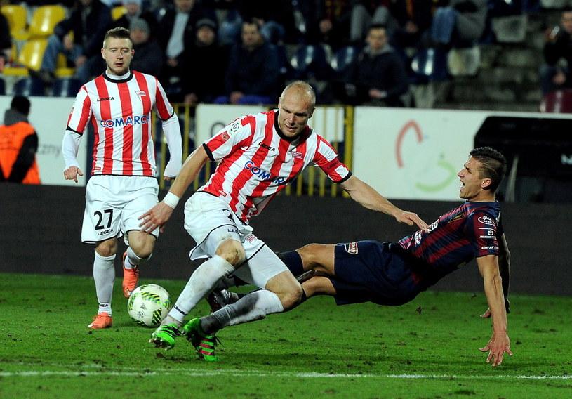 W hicie Ekstraklasy walka była o każdy metr boiska /Marcin Bielecki /PAP