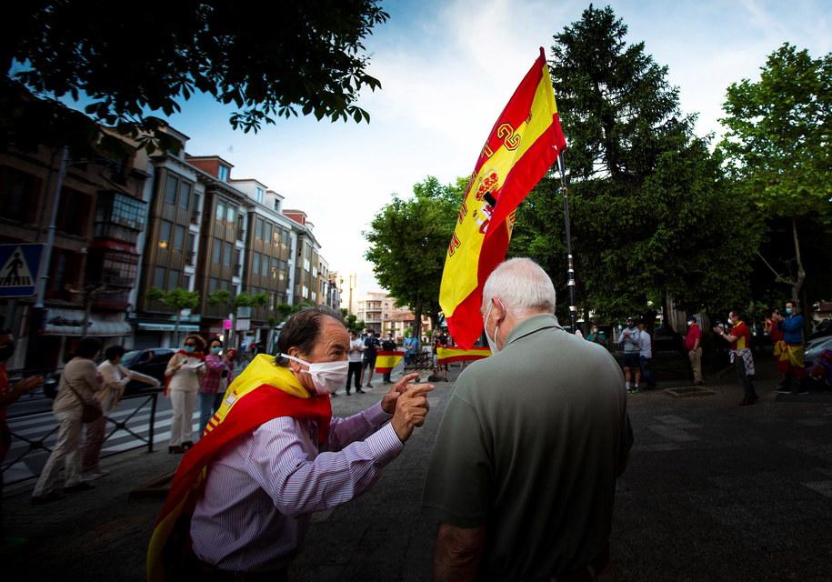 W Hiszpanii masowe protesty przeciwko wolnemu znoszeniu ograniczeń związanych z koronawirusem /PACO SANTAMARIA /PAP/EPA