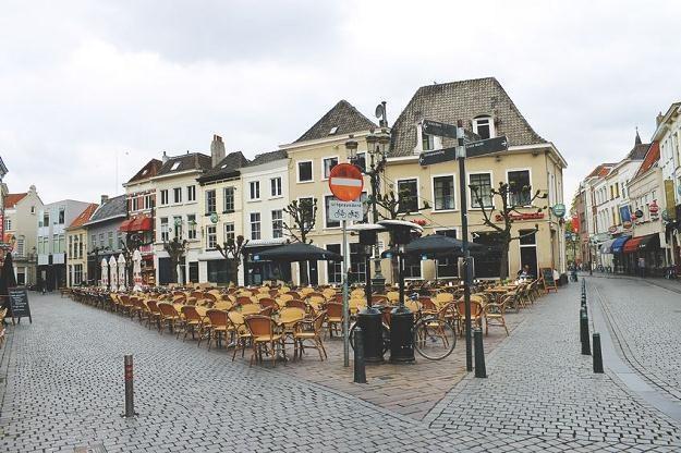W Holandii czeka na nas wiele niespodzianek. Na zdjęciu uliczna kawiarnia w Bredzie /©123RF/PICSEL