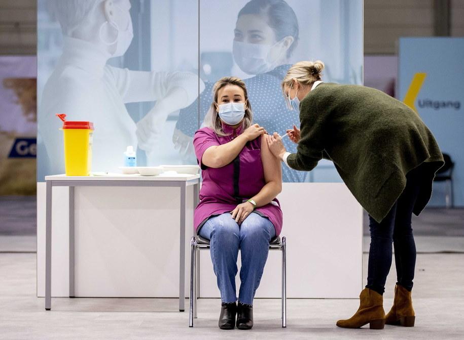 W Holandii szczepienia przeciwko Covid-19 rozpoczęły się dopiero dzisiaj /ROBIN VAN LONKHUIJSEN /PAP