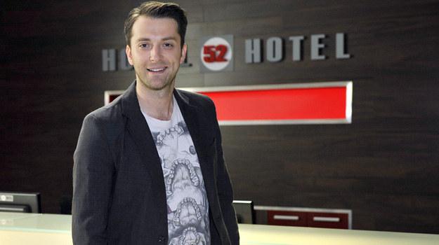 """W """"Hotelu 52"""" konsjerż Tomasz (Filip Bobek) będzie grał teraz pierwsze skrzypce. /Niemiec /AKPA"""