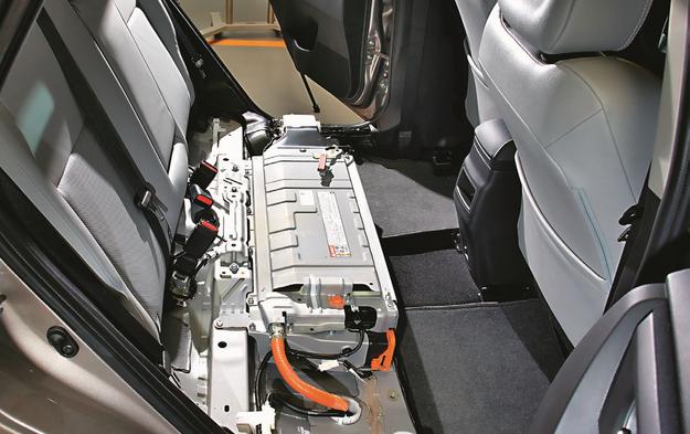 W hybrydowej wersji Aurisa i Yarisa zespół akumulatorów wysokiego napięcia został ukryty pod tylnym siedzeniem. Dzięki temu nie ucierpiała pojemność bagażnika. /Motor
