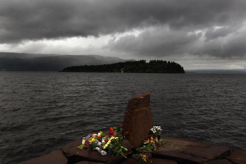 W idok na wyspę Utoya. Na brzegu kwiaty złożone dla uczczenia pamięci ofiar /Getty Images