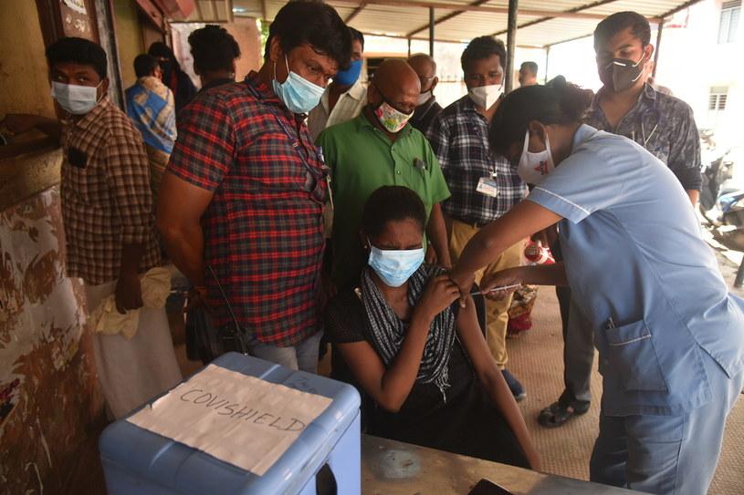 W Indiach do 2 października podano ponad 900 milionów szczepionek przeciwko COVID-19, /PAP/EPA/IDREES MOHAMMED /PAP