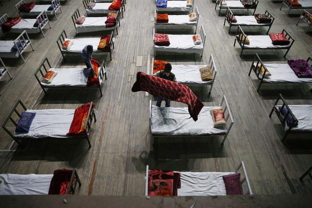 W Indiach panuje dramatyczna sytuacja epidemiczna /FAROOQ KHAN  /PAP/EPA