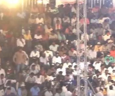 W Indiach zerwała się trybuna pełna kibiców. Wideo