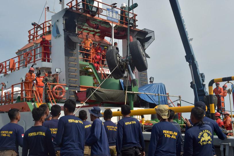 W Indonezji trwają poszukiwania drugiej czarnej skrzynki samolotu linii Lion Air /ADEK BERRY /AFP