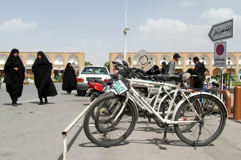 W Iranie do bezwzględnego obowiązku zakrywania włosów doszedł zakaz jeżdżenia w niektórych miastach na rowerze. Dotyczy tylko kobiet /123RF/PICSEL