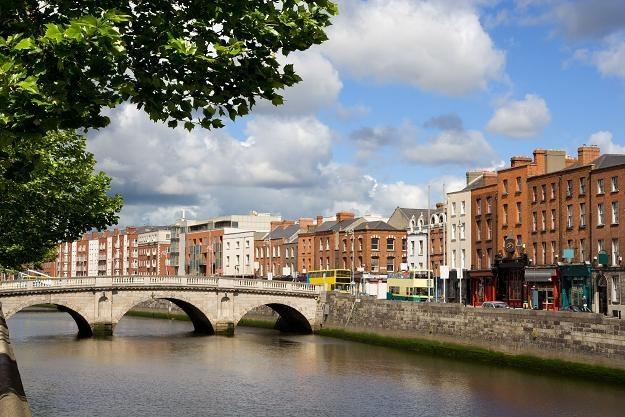 W Irlandii najbogatsi pracują tylko pięć lat na apartament. Na zdjęciu Dublin, stolica kraju /©123RF/PICSEL