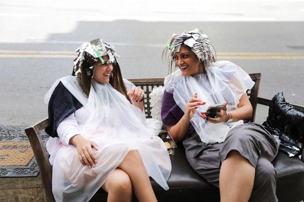 W Izraelu - dzięki sukcesowi kampanii szczepień - zniesiono większość obostrzeń. Kobiety czekają przed salonem kosmetycznym bez masek na twarzy /ABIR SULTAN /PAP/EPA